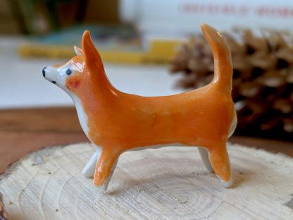 chien orange en porcelaine