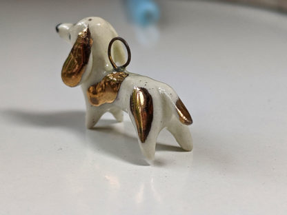 pendentif teckel or et porcelaine