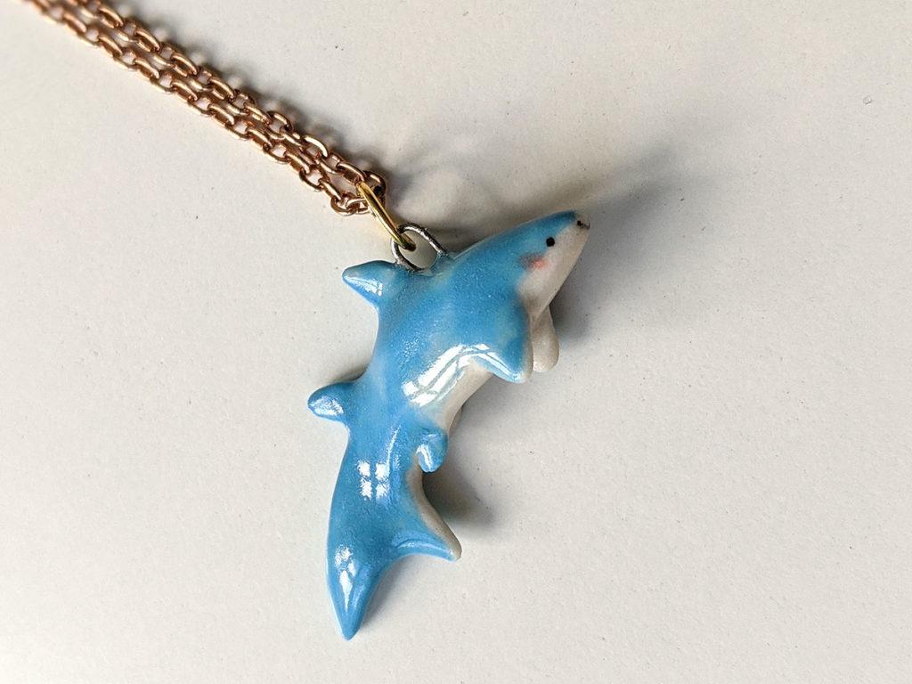pendentif requin porcelaine