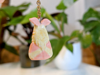 pendentif papillon de nuit rosy maple moth
