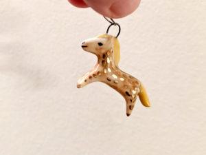 pendentif cheval doré